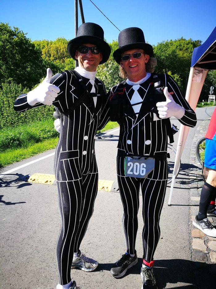 Zwei Teilnehmer des WHEW in Kostümen posieren vor der Kamera
